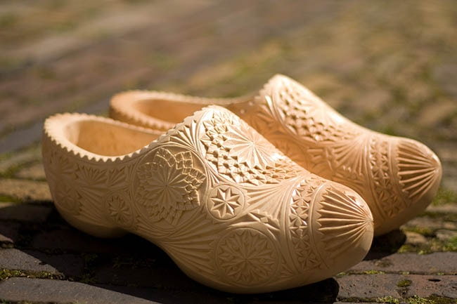 Carved air of elegant Clogs